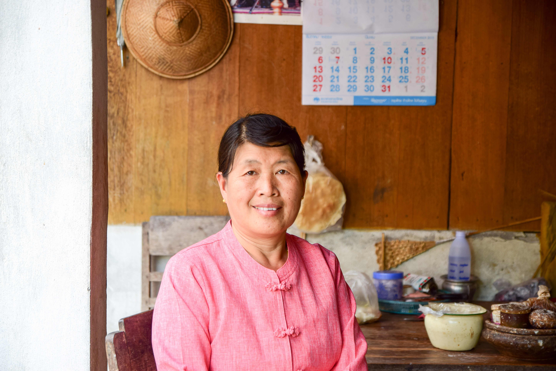 สตรีตัดเย็บเสื้อไตบ้านเมืองปอน